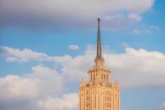 Bouw van het hotel Koninklijke Radisson, vroeger de bekend als het hotel - Stalinist wolkenkrabber van de Oekraïne in de stad van royalty-vrije stock foto's
