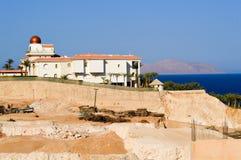Bouw van het hotel tegen een achtergrond van een planetarium met een gouden koepel op de blauwe overzeese kust tegen de achtergro Royalty-vrije Stock Afbeeldingen