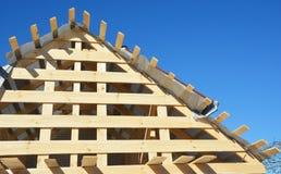 Bouw van het huis de zolder houten dakwerk Het installeren van Houten daksparren, logboeken, eaves stock fotografie