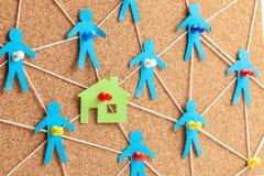 Bouw van het huis en de noodzakelijke bouwers Corruptie in onroerende goederen Huis en communicatie met mensen met kabels stock fotografie