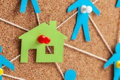Bouw van het huis en de noodzakelijke bouwers Corruptie in onroerende goederen Huis en communicatie met mensen met kabels royalty-vrije stock foto