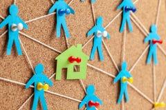 Bouw van het huis en de noodzakelijke bouwers Corruptie in onroerende goederen Huis en communicatie met mensen met kabels royalty-vrije stock afbeeldingen