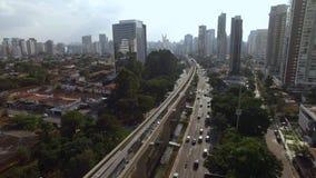 Bouw van het monorailsysteem, het goud van monoraillijn '17 ', Journalist Roberto Marinho Avenue, Sao Paulo, Brazilië stock video