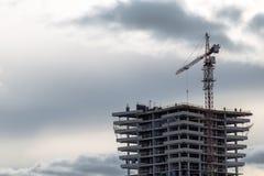 Bouw van high-rise de bouw met kraan Stock Afbeelding