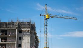 Bouw van high-rise gebouwen met behulp van kraan royalty-vrije stock afbeelding