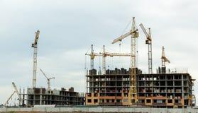 Bouw van huizen, bouwkranen, bouwmateri Stock Foto's