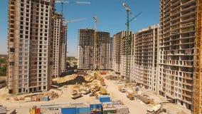 Bouw van huizen Hommelvlieg over bouwwerf met torenkranen stock videobeelden