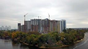Bouw van huizen in Kiev dichtbij de Dnieper-Rivier stock footage