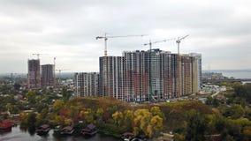 Bouw van huizen in Kiev dichtbij de Dnieper-Rivier stock videobeelden