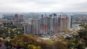Bouw van huizen in Kiev dichtbij de Dnieper-Rivier stock video