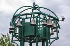 Bouw van klokken in park met camera aan kant Stock Foto