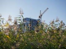 Bouw van moderne gebouwen Het concept milieuvriendelijke huisvesting stock foto