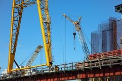 Bouw van nieuwe brug met kranen Stock Foto