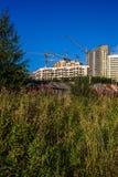 Bouw van nieuwe huizen op verlaten gebieden Stock Foto's
