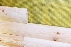 Bouw van nieuwe woningbouw Installatie van het houten het opruimen muur behandelen over het waterdicht maken van membraan openluc royalty-vrije stock afbeelding