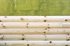 Bouw van nieuwe woningbouw Installatie van het houten het opruimen muur behandelen over het waterdicht maken van membraan openluc royalty-vrije stock fotografie