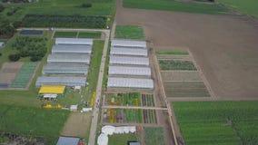 Bouw van serres op het gebied klem Landbouw, agrotechnics van gesloten grond Kader van serres stock footage