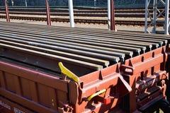 Bouw van spoorwegsporen Spoorweginfrastructuur Spoorwegauto met sporen wordt geladen dat Sporen op een wagen klaar voor spoor stock foto's