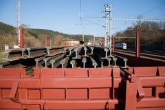 Bouw van spoorwegsporen Spoorweginfrastructuur Spoorwegauto met sporen wordt geladen dat Sporen op een wagen klaar voor spoor stock foto