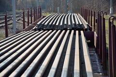 Bouw van spoorwegsporen Spoorweginfrastructuur Spoorwegauto met sporen wordt geladen dat Sporen op een wagen klaar voor spoor stock afbeelding