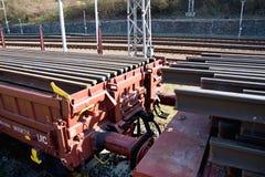 Bouw van spoorwegsporen Spoorweginfrastructuur Spoorwegauto met sporen wordt geladen dat Sporen op een wagen klaar voor spoor royalty-vrije stock afbeelding