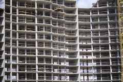 Bouw van woongebouwen met meerdere verdiepingen Gewapend beton kader van het gebouw Stock Foto