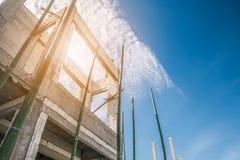 Bouw woon nieuw huis lopend bij bouwterrein stock foto's