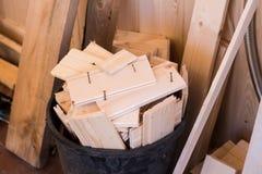 Bouwafval in de reparatie van een blokhuis Houten bars met een mand stock fotografie