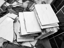 Bouwafval en oude vloertegel stock foto's