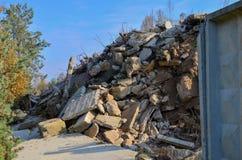 Bouwafval, gewapend beton blokken en roestige montage De vernietigde bouw met draadgewapend beton royalty-vrije stock afbeelding