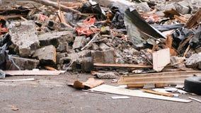 Bouwafval van het huis na de aardbeving wordt vernietigd die stock footage