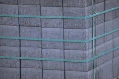 Bouwbakstenen door staalriem die worden gehouden royalty-vrije stock fotografie