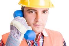 Bouwbouwer die op de telefoon spreken Royalty-vrije Stock Afbeelding