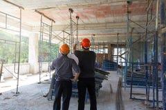 Bouwconcepten, Ingenieur en Architect die bij Bouwwerf werken Stock Afbeeldingen
