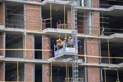 Bouwconstructie industriële lift met arbeiders Stock Afbeelding