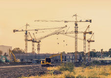 Bouwconstructieplaats met de machines van de torenkraan royalty-vrije stock foto