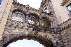 Bouwde de boven overspannen brug de vroege 18de eeuw in om Royal Palace aan Taschenberg-Paleis te verbinden - Dresden, Duitsland Stock Foto