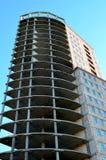 Bouwend high-rise de bouw van beton tegen de blauwe hemel wordt gemaakt die Stock Afbeeldingen