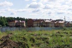 Bouwend huis op blauwdrukken met arbeider - bouwproject stock foto's