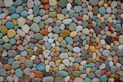 Bouwend muur van gekleurde stenen wordt gemaakt die Stock Foto