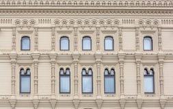 Bouwend voormuur met het repeting van patroon van vensters Moskou, ru Stock Afbeeldingen
