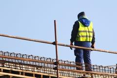 Bouwer bij de blauwe hemel van het wederopbouwgebied ower royalty-vrije stock afbeelding