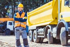 Bouwer in bouwvakker en vest stock foto's