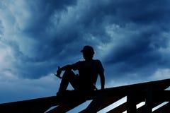 Bouwer die bovenop dak rust Royalty-vrije Stock Foto