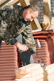 Bouwer die met hamer werkt stock afbeeldingen