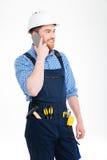 Bouwer die op mobiele telefoon spreekt Stock Afbeeldingen