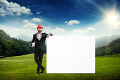 Bouwer met grote lege witte banner Stock Foto