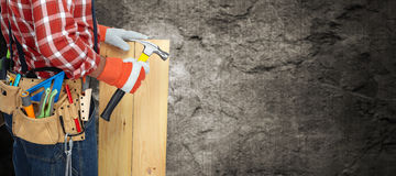 Bouwer met hamer en houten planken Stock Foto's