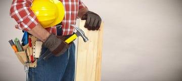 Bouwer met hamer en houten planken Stock Afbeeldingen