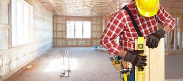 Bouwer met niveau en houten planken Stock Afbeeldingen